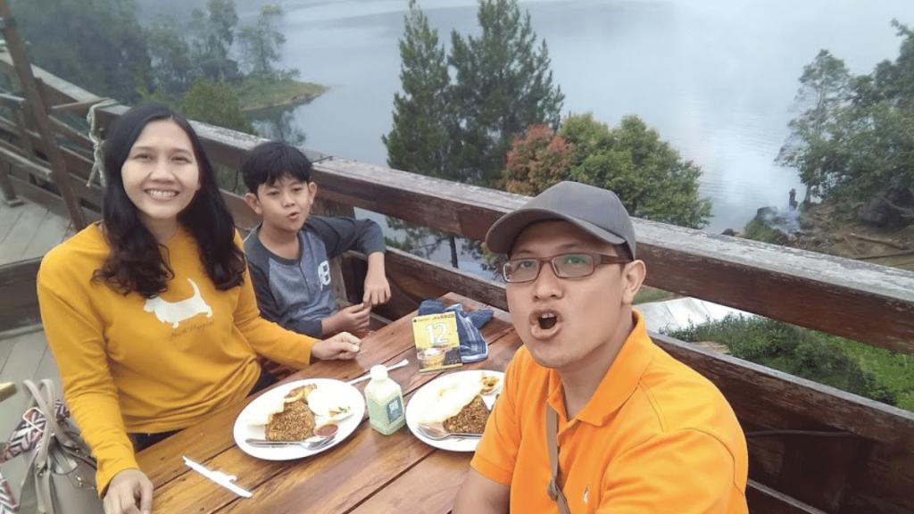 Makan di Pinisi Resto di road trip Bandung Dari Surabaya