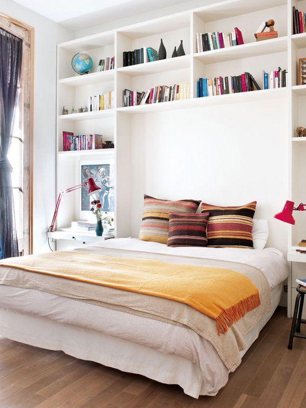 menyimpan koleksi buku di dekat tempat tidur