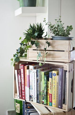 menyimpan koleksi buku di keranjang kayu