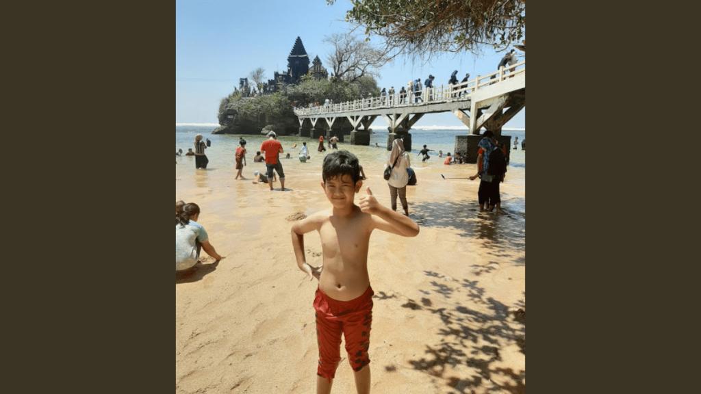 Pose Latar Belakang Pura di Pantai Balekambang Malang